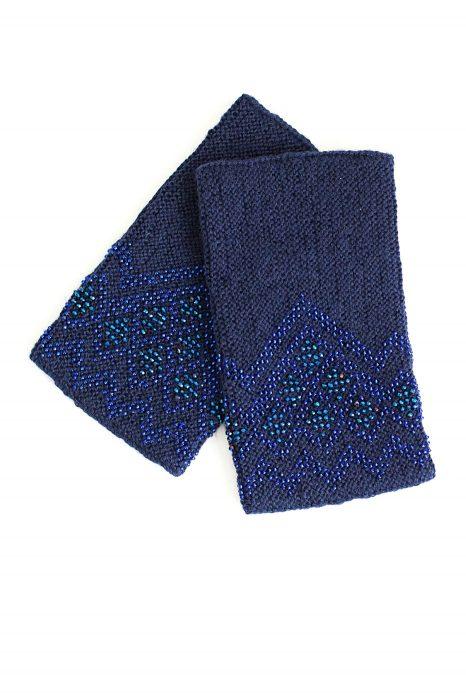 tamsiai mėlynos spalvos riešinės