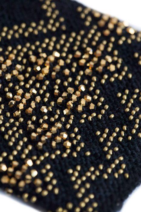 juodos spalvos riešinės su auksinės spalvos karoliukais
