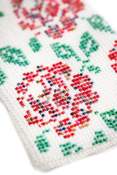 baltos spalvos megztos riešinės su karoliukais