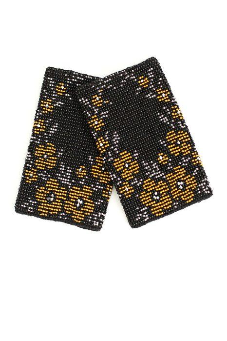 juodos spalvos riešinės su auksinės, sidabrinės ir auksinės spalvos karoliukais