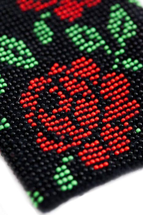 juodos spalvos riešinės su karoliukais