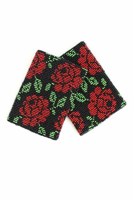juodos spalvos riešinės su raudonos, juodos ir žalios spalvos karoliukais