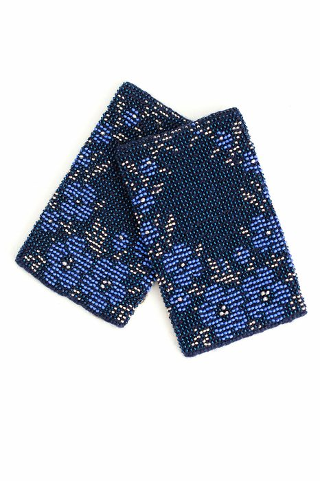tamsiai mėlynos spalvos riešinės su mėlynos ir sidabrinės spalvos karoliukais