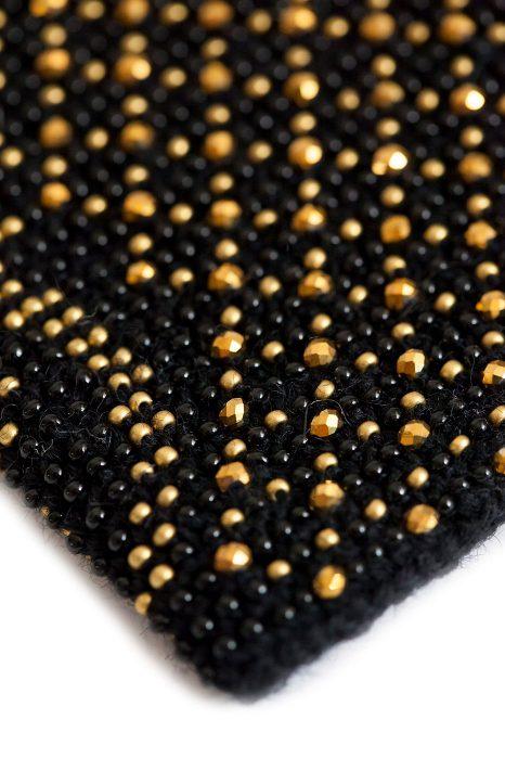 juodos riešinės su auksinės spalvos karoliukais